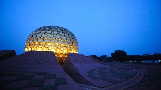 """El globo dorado de """"El Matrimandir"""" contra un cielo azul"""