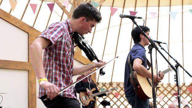 Patrobas yn perfformio'n fyw yn y Tŷ Gwerin ar y Maes heddiw // Welsh folk/rock band Patrobas perform live at the folk tent