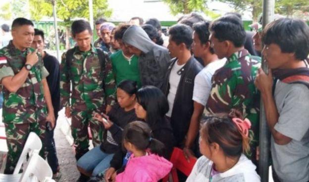 Keluarga korban mendatangi Kodim 1702 Jayawijaya untuk mengetahui kondisi keluarga yang diduga menjadi korban penembakan.