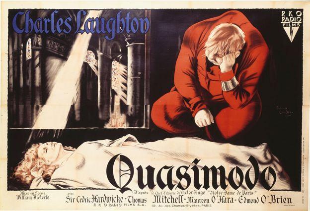 Cartaz do filme O Corcunda de Notre-Dame, de 1939, mostra Esmeralda deitada e observada pelo olhar triste de Quasimodo