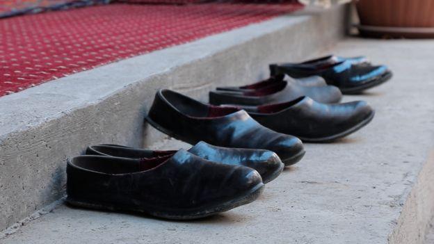 Обувь на входе в мечеть