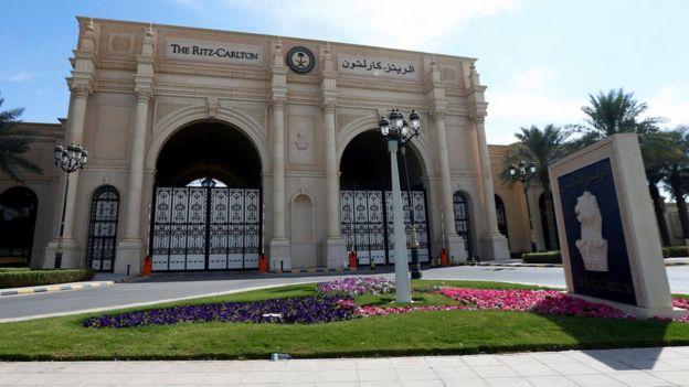 Entrada del hotel Ritz-Carlton en Riad, Arabia Saudita