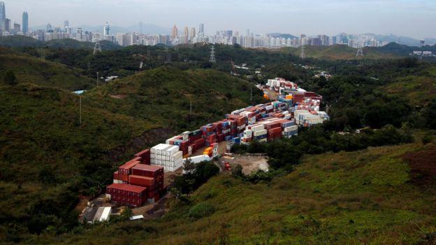 這幅位於香港新界的棕地目前被用作儲存貨櫃。香港各區都有許多類似的棕地,有意見認為政府可先發展這些棕地,興建房屋。
