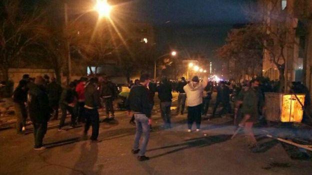 پلیس ایران: ۳۰۰ نفر در درگیری پلیس و دراویش بازداشت شد