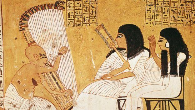 منظر لسيدة من النبلاء تستمع إلى جوار زوجها لعزف موسيقي