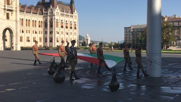 Lễ thượng cờ trước nhà Quốc hội Hungary ở Budapest