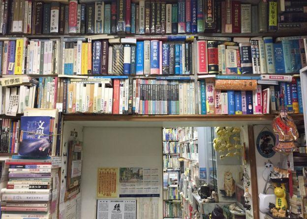 三百多呎的森記書店內有超過一萬本書。