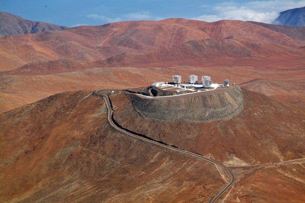 Los telescopios del European Southern Observatory están ubicados en el Cerro Paranal, ubicado en el desierto de Atacama, a 120 kilómetros de Antofagasta.