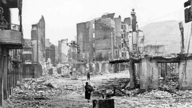 Guernica después de ser bombardeada en 1937