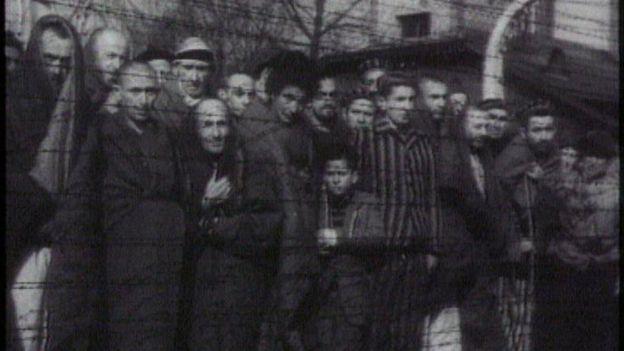 Imagem mostra prisioneiros em Auschwitz, nos anos 1940