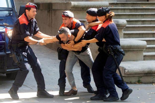 La policía detiene al tío de la víctima durante el proceso, en Barcelona.