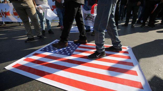ABD bayrağı yere serili halde