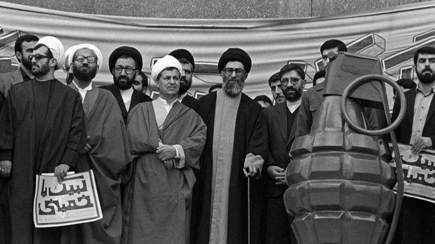 (سمت راست)، میرحسین موسوی، (وسط ) آیتالله سید علی خامنهای، (سمت چپ) اکبر هاشمی رفسنجانی