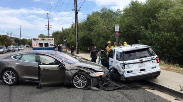 Un Tesla después de estrellarse contra otro auto.
