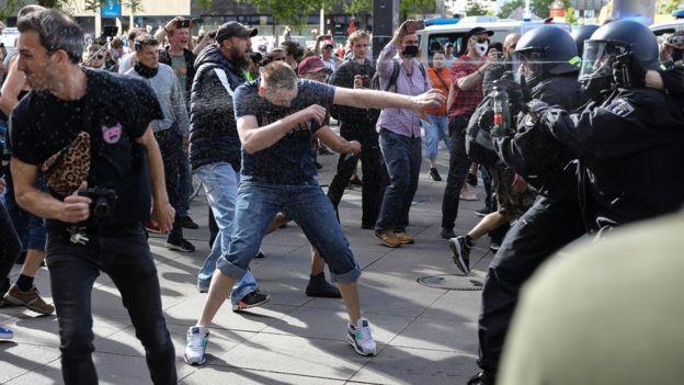 La policía usa gas pimienta en un enfrentamiento con manifestantes contra el bloqueo en Berlín