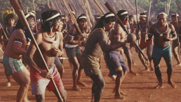 Kayapo'ların törenlerde sergiledikleri bir dans