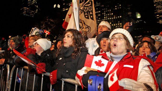 Canadienses cantan su himno