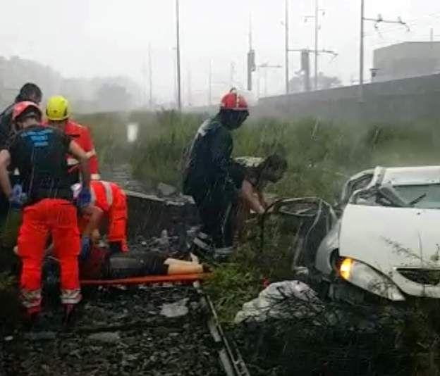Socorristas trabajan rescatando a las víctimas
