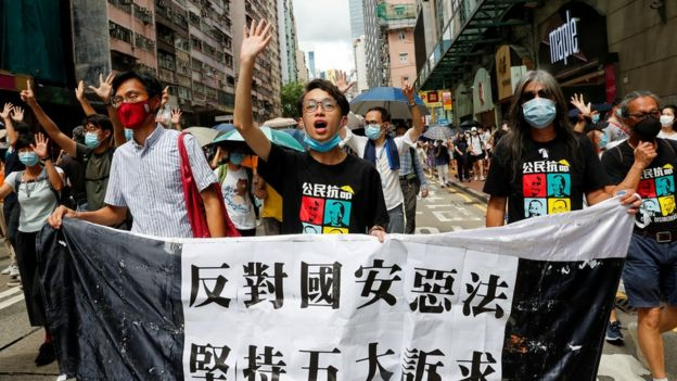 香港泛民主派无视当局的禁令,周日呼吁支持者游行反对《国安法》。