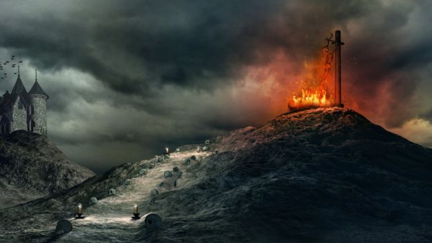 Pintura sobre un cuerpo siendo devorado por las llamas en lo alto de un montículo.