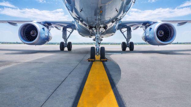 Parte inferior de un avión sobre una pista