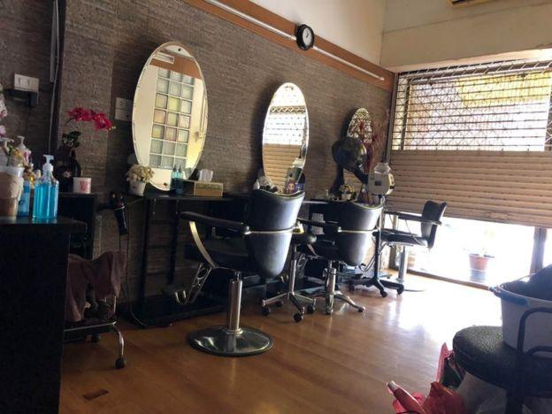 Tiệm cắt tóc giờ đóng cửa bỏ không của vợ chồng anh Nguyễn Quỳnh