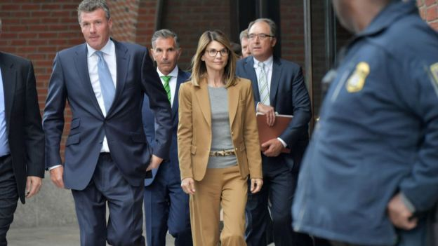 La actriz Lori Loughlin a la salida del tribunal el pasado 3 de abril de 2019 en Boston, Estados Unidos.