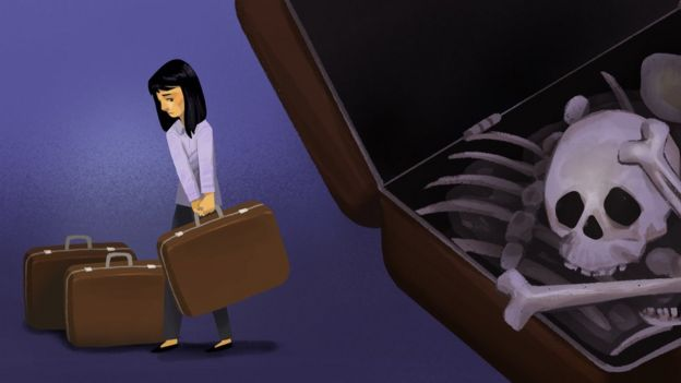 Son trajo los huesos de su padre dentro de varias maletas.