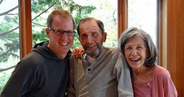Jeff junto a sus padres, Robert y Phyllis Henigson.