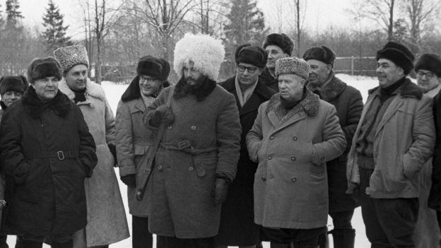 Никита Хрущев, Леонид Брежнев и Фидель Кастро на охоте в Подмосковье (1964 год). В первом ряду слева писатель Юрий Бондарев
