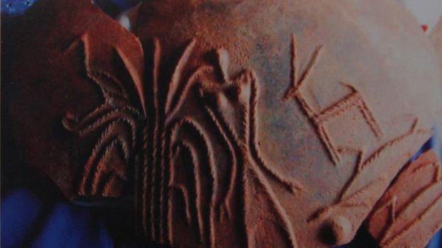 ஆதிச்சநல்லூரில் கிடைத்த முதுமக்கள் தாழியில் இருக்கும் குறியீடுகள்