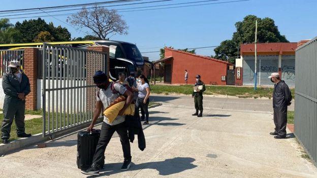 Haitianos en un bus cuando fueron detectados.