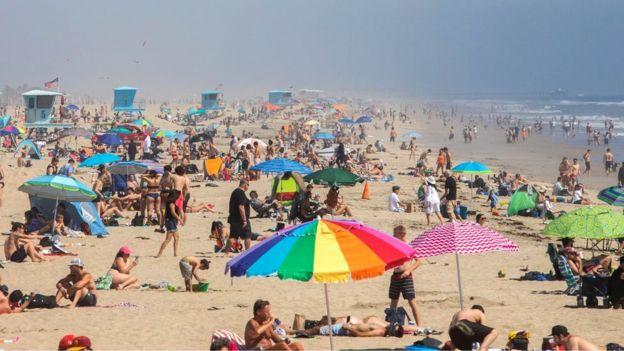周末,社交距离令下,加州一些海滩挤满人的照片令政府官员担忧。