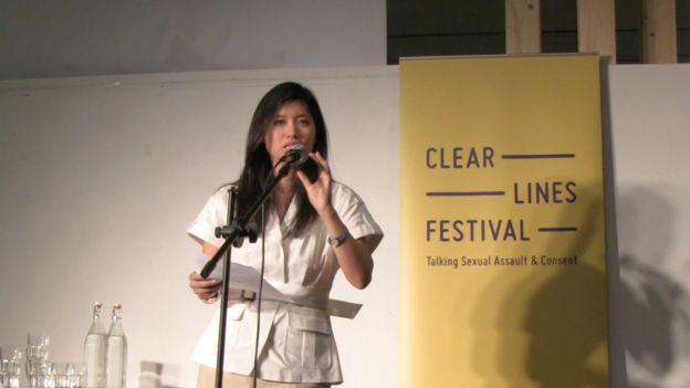 Winne hablando durante un festival sobre consentimiento y abuso sexual
