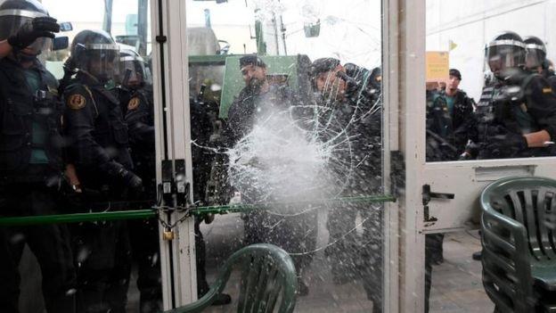 Policía rompiendo una puerta