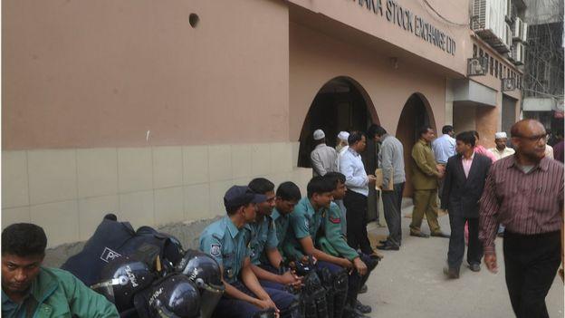 ২০১১ সালে ঢাকা স্টক এক্সচেঞ্জ এর সামনে