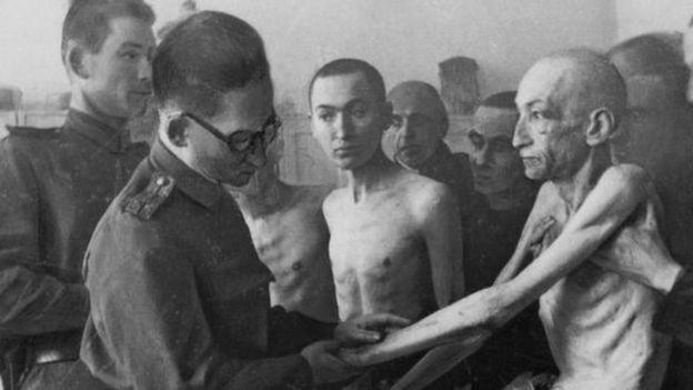 Sobreviventes de Auschwitz sendo examinados por médicos soviéticos após a libertação do campo em 27 de janeiro de 1945
