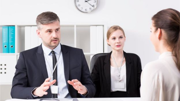 Una joven en una entrevista de trabajo