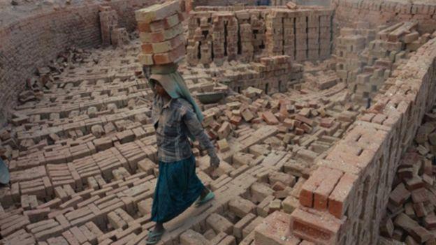 Mulher indiana na construção civil