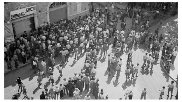 """18 مايو أيار عام 1939: يهود يتظاهرون رفضا لـ """"الورقة البيضاء"""" التي تحدد هجرة اليهود إلى فلسطين"""