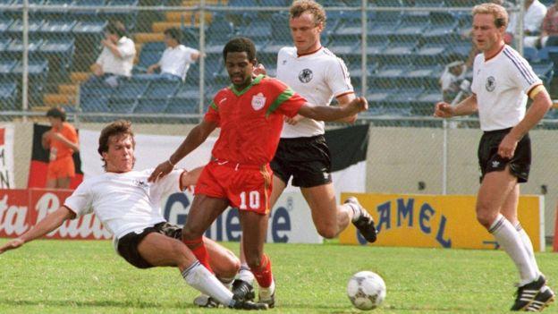 Mouhamed Timoumi du Maroc entouré par les Allemands Briegel, Rummenigge et Matthaeus en 1986.