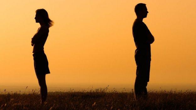 Silueta de un hombre y una mujer que se han dado la espalda el uno al otro.