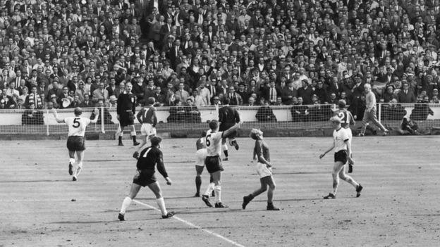 O árbitro Gottfried Dienst consulta o bandeirinha Tofik Bakhramov depois de um gol controvertido na final da Copa do Mundo de 1966, entre a Alemanha e a Inglaterra, no estádio de Wembley