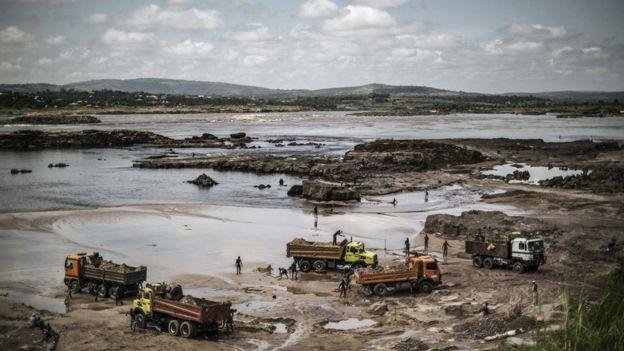 تستخرج الرمال من الأنهار والبحيرات والشواطئ حول العالم على نطاق واسع لتلبية الطلب العالمي عليها