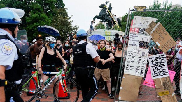 گروهی از معترضان هستند که مجسمه اندرو جکسون باید از جلوی کاخ سفید برداشته شود
