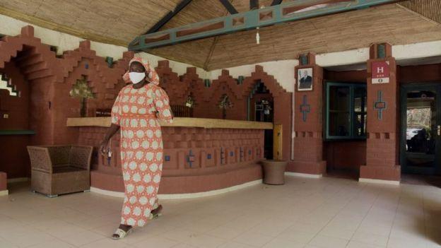 امرأة سنغالية ترتدي كمامة