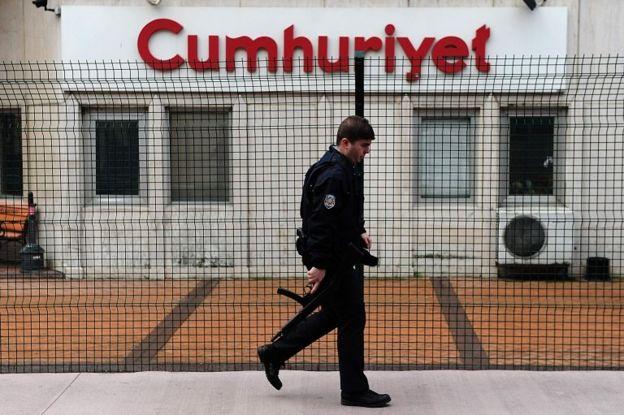 Cumhuriyet gazetesi önündeki bir polis