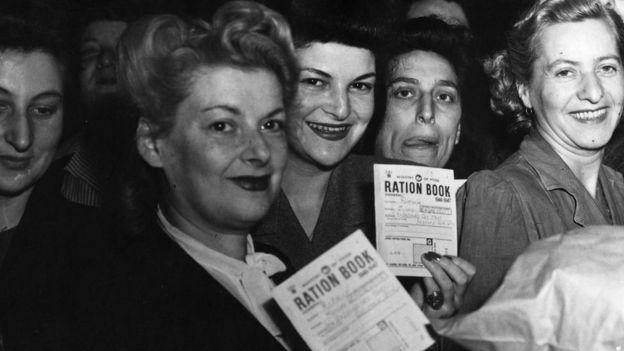 Britânicas com cartões de racionamento de comida no pós-guerra