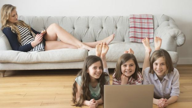 Niños descalzos en la casa