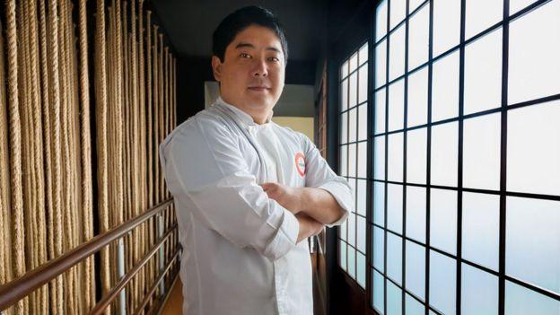 Mitsuharu Tsumura en su restaurante
